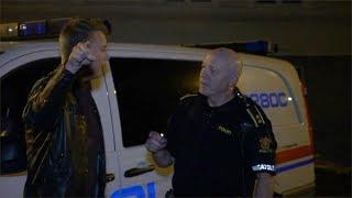 Klikker foran politiet