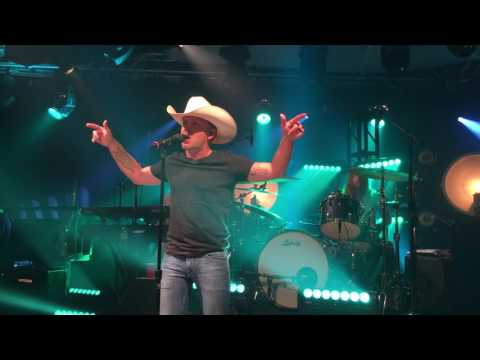 "Tailgate Watch: Justin Moore Performs The Title Track Off His New Album ""Kinda Don't Care"""