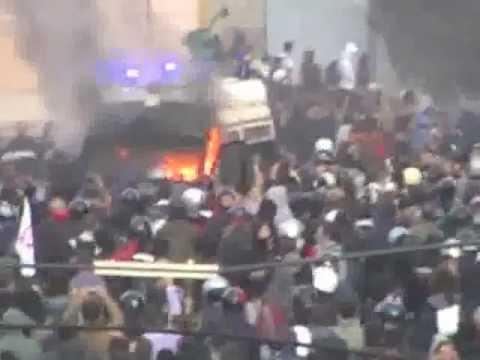 Roma, l'attacco dei black bloc al blindato dei carabinieri - VIDEO ESCLUSIVO