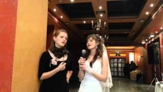 Невеста и свидетельница поют коня
