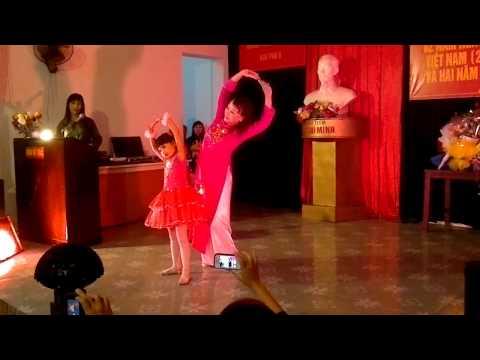 Múa khúc hát ru người mẹ trẻ do cô Minh Nguyệt và cháu Nhật Linh biểu diễn