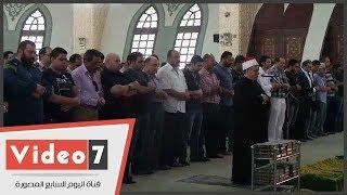 محمود سعد وسامح الصريطى وأحمد خليل يؤدون صلاة الجنازة على الكاتب محفوظ عبد الرحمن