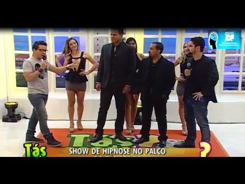 Dançarinas sendo hipnotizadas ao vivo no programa Tas Aonde Record com Beto Café.