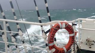 Шторм  в атлантическом океане, вид с борта парусника Крузенштерн