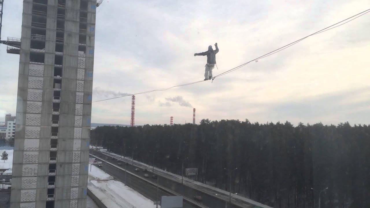 Канатоходец в Екатеринбурге разминается перед выступлением 14 .