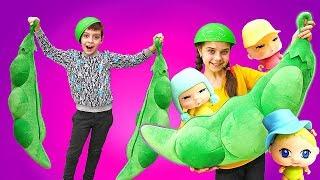 Видео для детей. Распаковка: игрушка-сюрприз КРОШКИ-ГОРОШКИ. Как дети вырастили пупсиков в стручке