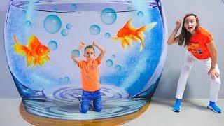 Vlad dan mama bermain di museum anak anak di Dubai