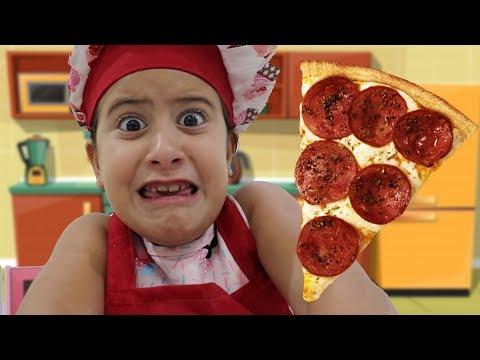 MARIA CLARA É COZINHEIRA POR UM DIA E FAZ PIZZA NA COZINHA DE BRINQUEDO🍕 Pretend Play Pizza