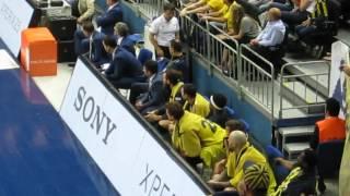 Maç sonu koç ve oyunculara tezahürat yapılırken, bir grup Aziz Yıldırım'ı da araya katar