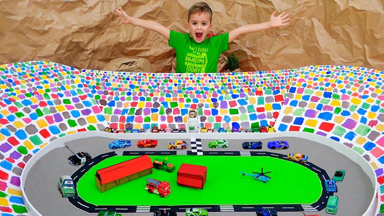 Vlad y Niki juegan con coches de juguete y construyen una pista de Speedway