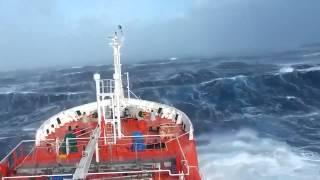 Okyanusta dev bir gemi, dev dalgalar arasında ve...