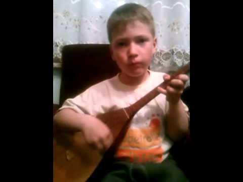Русский играет на домбре