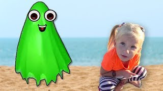 Funny color ghosts on the sea! Funny sand games.