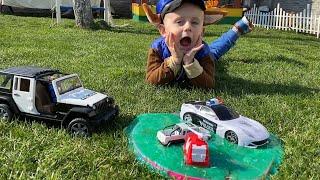 Тимур играет в машинки и спасает Полицейскую и Пожарную машины и Скорую помощь из Лизуна