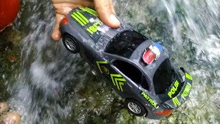 Download Mencari Mainan Mobil Mobilan Hanyut Di irigasi, Mobil Balap, Mobil Polisi, Tayo, Pesawat Terbang