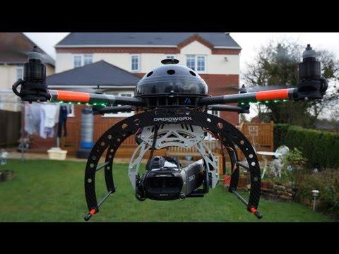 Quadcopter Surveying Damaged House Roof ,クワッドヘリコプターは、家の屋根を調査
