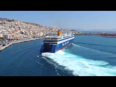 Ship BLUE STAR ITHAKI goes to dock in 3 min - To Blue Star ITHAKI δένει σε 3 λεπτά