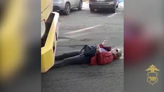 Девушка легла под эвакуатор
