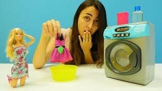 Barbie'nin elbisesini yıkıyoruz. Oyuncak çamaşır makinesi