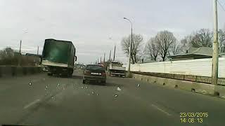 Зима уходит с крыш грузовиков в Минске...(На ул. Аэродромной с крыши грузовика слетели куски льда на легковой авто. Повезло, что удар пришелся на крыш..., 2015-03-23T15:26:03.000Z)