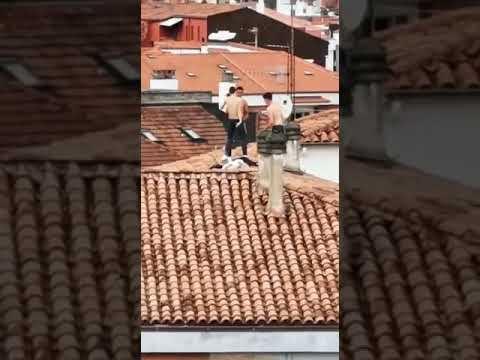 Tres jóvenes de fiesta en un tejado de Torrelavega