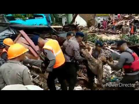 Lihatlah!!! Apa yang terjadi saat evakuasi korban tsunami selat sunda.. Mengerikan