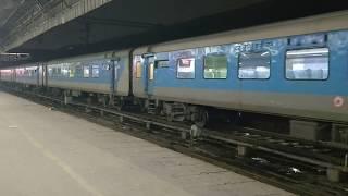 12016-daurai-ajmer-new-delhi-shatabdi-express-entering-new-delhi-railway-station-indian-railways