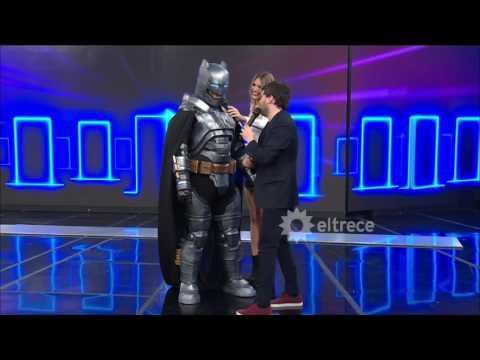 Un increíble Batman y una sexy Mujer Maravilla llegaron al programa de Las Puertas