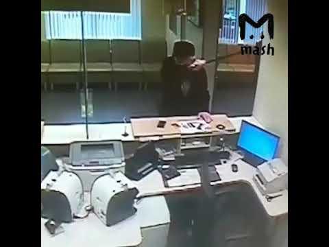 Пенсионер разнёс отделение Сбербанка в Москве