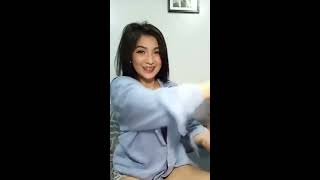 Download Video Cewek Pamer Belahan Dada Mulus Baget MP3 3GP MP4