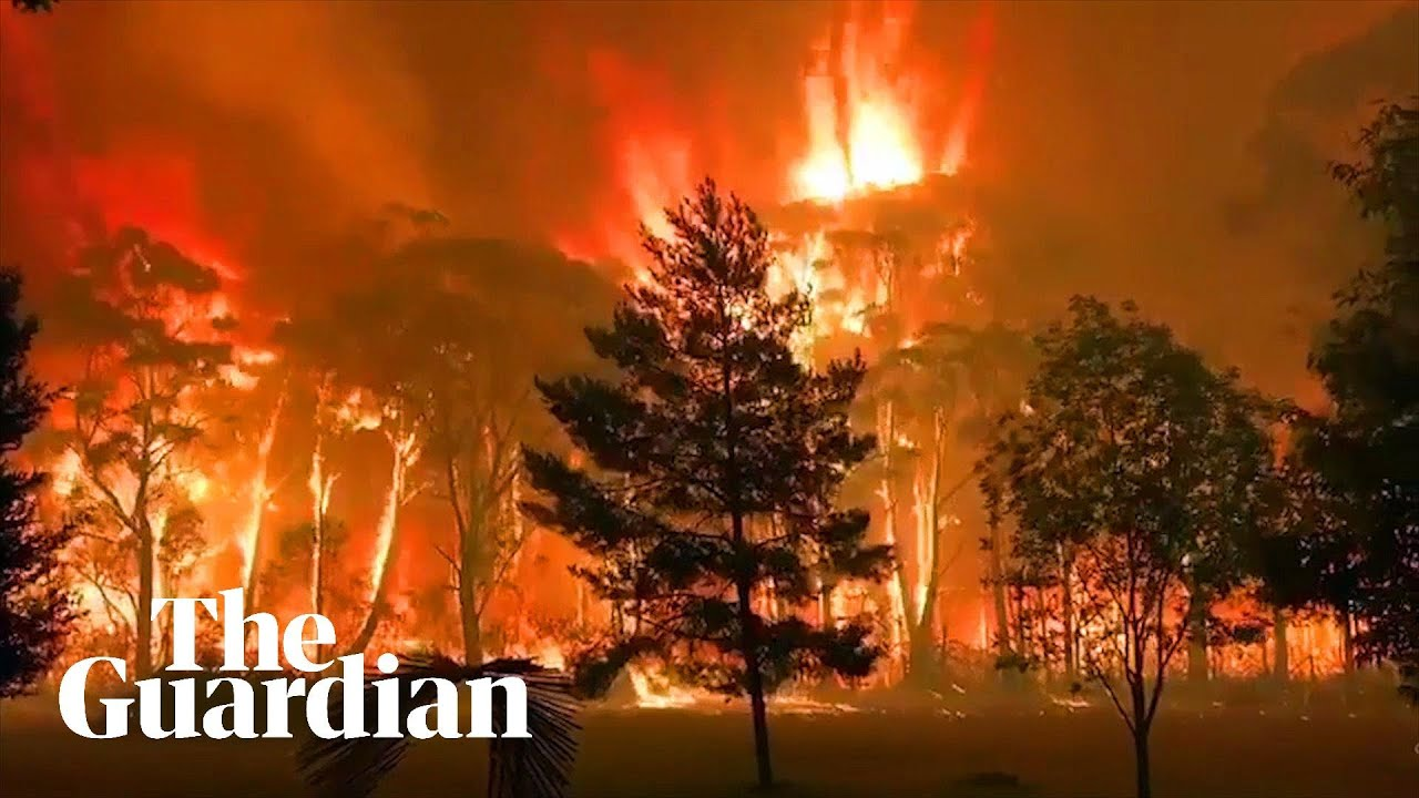 (AUSTRALIA, 15 December 2019) NSW bushfires: 60-70m flames confront firefighters in the Blue Mountai
