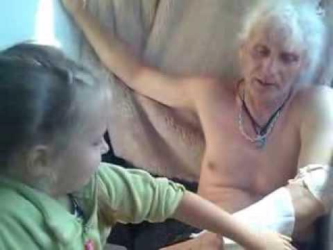Секс старуха дочка блондинка видео похожи