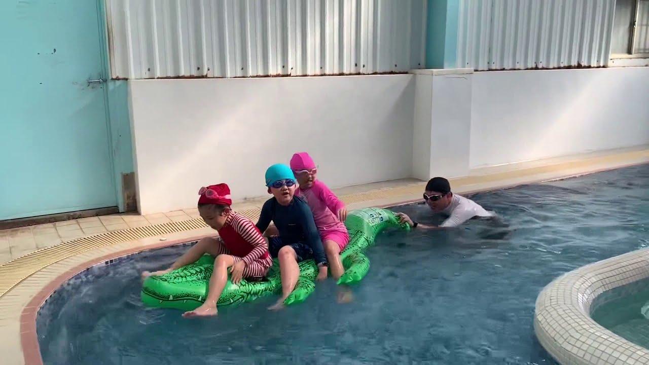 鱷魚的充氣遊艇 我們在美樂地游泳池玩漂漂河 - YouTube