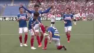 ゴール前でフリーになった三好 康児(横浜FM)が左サイドから供給された...
