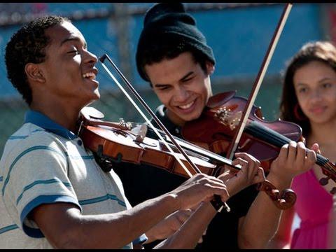 スラム街で生活する学生たちによる交響楽団とは!?映画『ストリート・オーケストラ』予告編