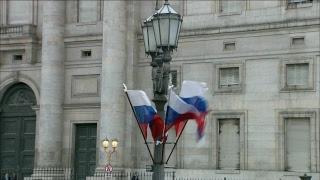 El presidente Mauricio Marcri da la bienvenida al presidente de Rusia, Vladimir Putin.