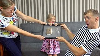 ЧИЯ КНОПКА? Мілана ТАТО і МАМА не ПОДІЛИЛИ КНОПКУ ЮТУБ! Нагорода Ютуб для Family Box!