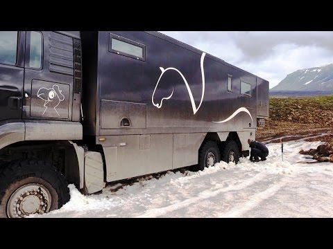 Expeditionsmobil steckt im Schnee