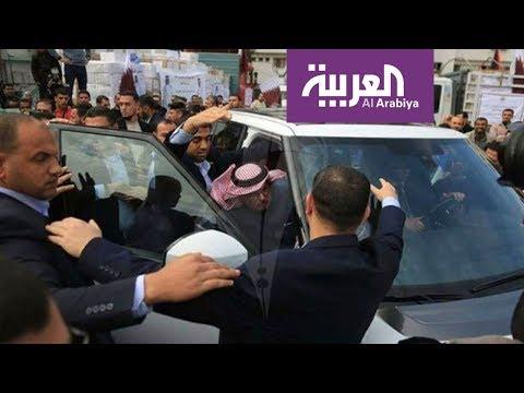 بالأحذية.. طرد وإهانة السفير القطري في غزة