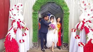 Cô dâu khóc nức nở trước khi lên xe hoa về nhà chồng