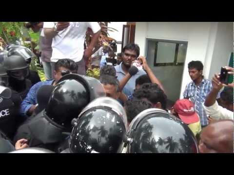 Footage of Mohamed Nasheed (Anni)'s arrest in Fares-Maathoda - Oct 8, 2012