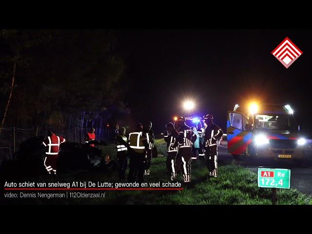 Auto schiet van snelweg A1 bij De Lutte; gewonde en veel schade