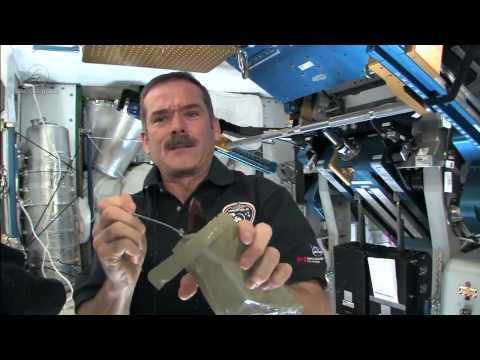 克里斯大叔示範如何在國際太空站上吃點心