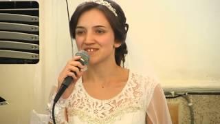 Дочь невеста поет для матери родившей 13 детей