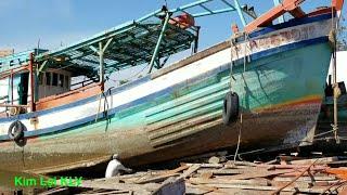 Toàn cảnh kéo tàu cá lên bờ/Fishing vessel.