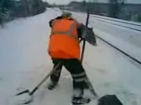 :: Drunk Russian railroad worker on the job ::