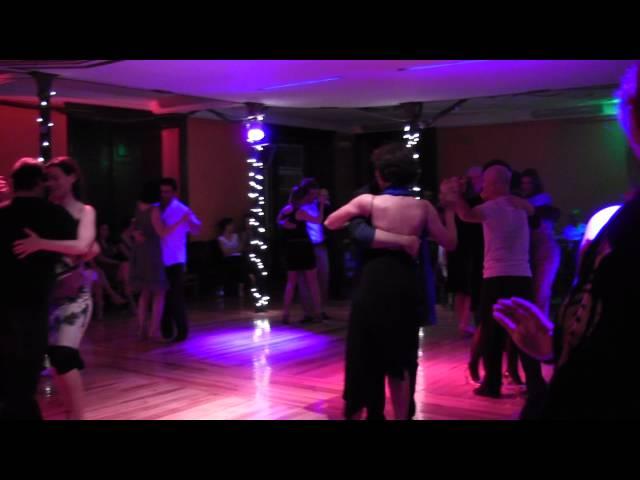 Milongueros bailando americano  En Milonga Graça