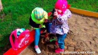 Дівчатка грають на дитячому майданчику VLOG Грають в піску Шукають іграшки в піску