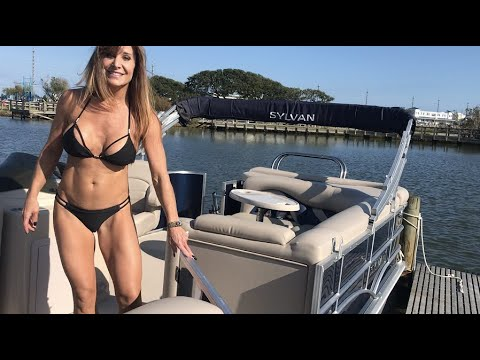 Girl Trailers & Launches Her Pontoon At The Boat Ramp With Yamaha 4 Stroke.