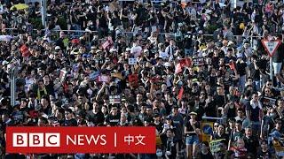七一遊行|香港:穿黑衣的群眾擁往遊行起點 - BBC News 中文|逃犯條例|反送中|